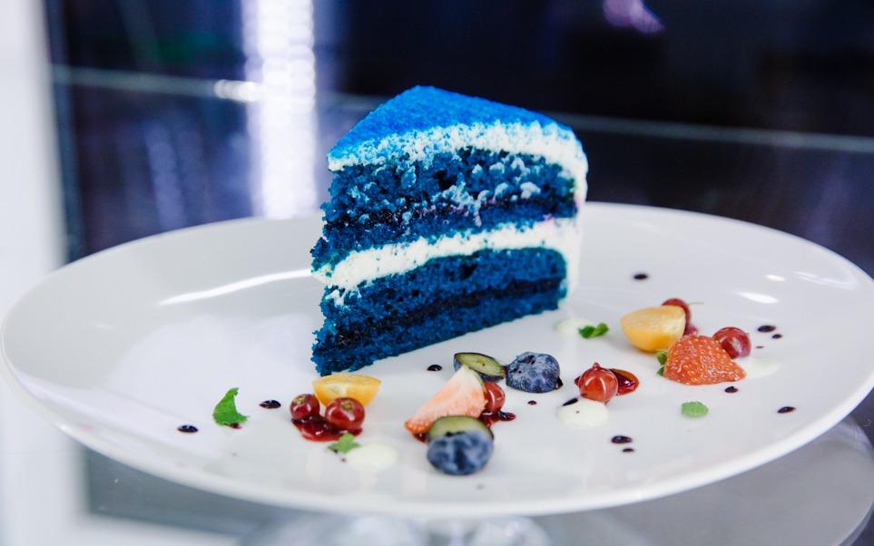 Синий торт и кирпичные стены | Бинокль