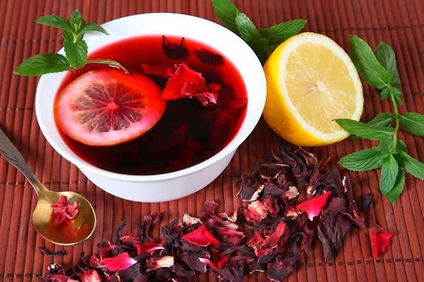 Добавление лимона в чай каркаде