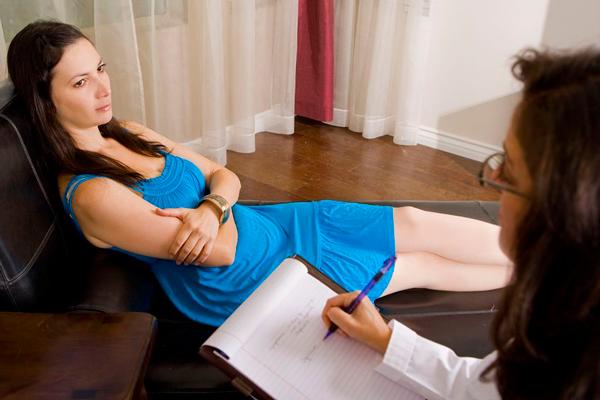Общение девушки с психологом для устранения псевдобеременности