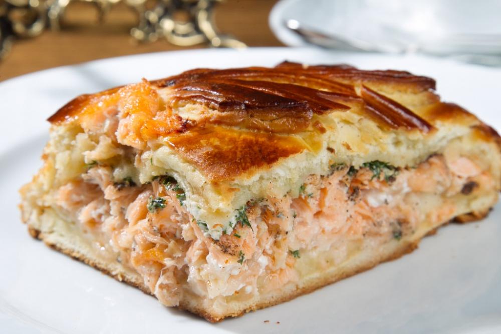 Пирог с красной рыбой и сыром