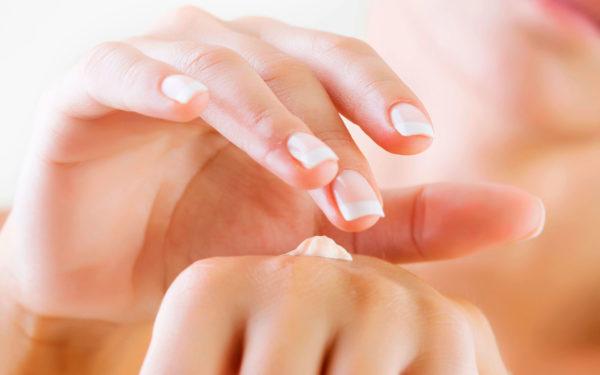 После процедур руки нужно мазать кремом