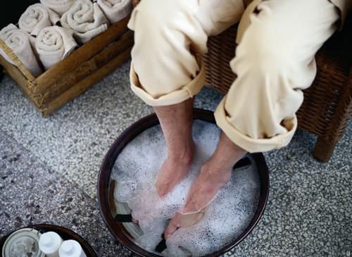 Ноги в тазу с водой