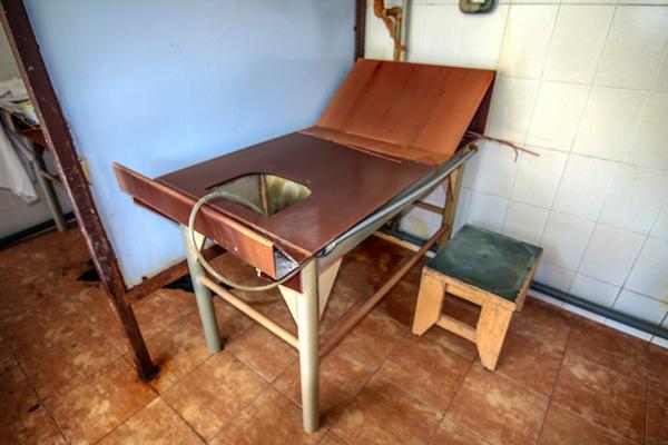 Стол для проведения гинекологических орошений минеральной водой