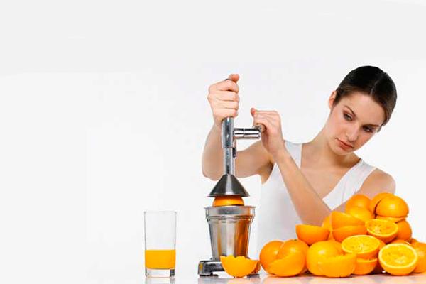 Употребление свежевыжетых соков для насыщения организма витаминами после замершей беременности