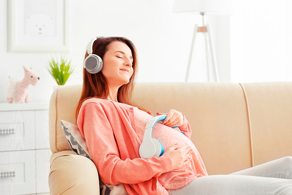 Прослушивание музыки будущей мамы со своим малышом на 24-й неделе беременности