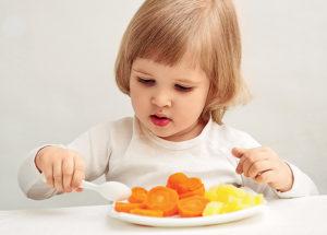 Ребенок ест курагу