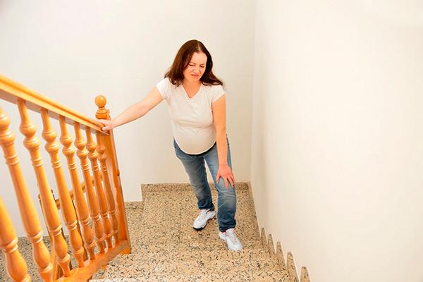 Трудности при подъеме на ступеньках для беременной в жару